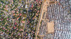 Dat het 22 jaar na de afschaffing van de apartheid nog steeds ongelijk verdeeld is in Zuid-Afrika moge duidelijk zijn. Hoe confronterend dat dan in de praktijk kan zijn laten de luchtfotos van Unequal Scenes zien.