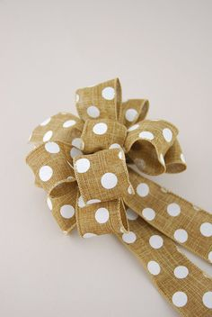 DIY: How to Tie a Loopy Bow - excellent pictures show each step - via Save On Crafts Save On Crafts, Diy And Crafts, Arts And Crafts, Burlap Bows, Ribbon Bows, Ribbons, Christmas Bows, How To Tie A Christmas Bow, Gift Bows