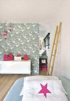 Une chambre d'enfant personnalisée grâce à un papier peint floral - Maison au Cap Ferret pour une famille modèle - CôtéMaison.fr