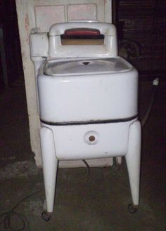 electric washing machine with power wringer! Vintage Tools, Vintage Items, Antique Washing Machine, Retro Appliances, Vintage Laundry, Washing Machines, Sewing Machines, The Good Old Days, Household Items