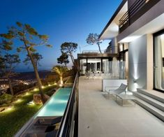 The WOW factor is abundant and absolutely bursting at this SAOTA designed Clifton House in South Africa. Located on a cliff in Nettleton Road, the most exclusiv