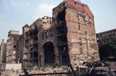 Das Tacheles in den 70ern, eine Ruine. Man beachte auch die Fassaden auf der anderen Straßenseite.