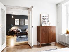 Mustaseinäinen olohuone ja upea koti muutenkin | Esmeralda's
