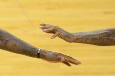 Encuentro de tatuados  LeBron James (I) y su compañero Udonis Haslem se saludan durante el partido de la NBA contra los Oklahoma City Thunder, en Miami, Florida.  Don Emmert / AFP