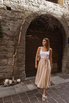 Besonders im Sommer wirken minimalistische Outfits häufig besonders elegant und hochwertig: Ein gut sitzendes Oberteil, wie das Marry Ripp-Top von ayen und dazu kombiniert der Jane Wickelrock. Durch Accessoires oder Statement Schuhe kann das Outfit aufgepeppt werden - fertig ist der perfekte Sommerlook :) #sommerlook #sommeroutfits #marrytop #ayenlabel Minimalist Outfit, Vogue, All White, Mode Outfits, Capsule Wardrobe, Beige, Elegant, Dresses, Shorts