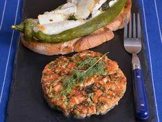 Receta | Tortas griegas de salmón con pimientos verdes rellenos de queso - canalcocina.es