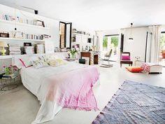 Un dormitorio amplio y luminoso