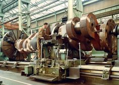 """Now that's a lathe!"" Crazy giant shipbuilding equipment in a classic photo essay via MakerBlog"
