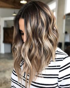 Glossy Wavy Lob With Light Brown Highlights light hair 70 Flattering Balayage Hair Color Ideas for 2019 Bayalage Light Brown Hair, Brown Hair Balayage, Hair Color Balayage, Short Balayage, Hair Bayalage, Balayage Ombre, Light Blonde, Blonde Hair, Curly Hair