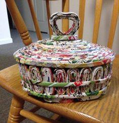 canastas de papel periodico paso a paso con tapa Recycle Newspaper, Newspaper Basket, Newspaper Crafts, Recycled Paper Crafts, Recycled Magazines, Recycled Crafts, Cardboard Paper, Cardboard Crafts, Paper Pop