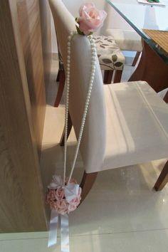 **Pedido mínimo 5 unidades**  Linda bola de flores em e.v.a cor rosa, contém 30 rosas tamanho M, acompanha 1 rosa na ponta do cordão de pérolas sintéticas que mede 65 cm. de comprimento (montamos de acordo com suas medidas) e também um broche em STRASS com perolinha no laço branco de cetim!   Bola ideal para você pendurar: -passarela da noiva; -pendurar no teto da mesa do bolo: ou onde sua imaginação permitir!  Rosas em e.v.a toque real de uma rosa real! disponível nas cores: amarelo, ...