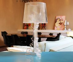 Abajur Poláris Pequeno transparente. Ideal para quartos e salas por apresentar luz indireta ao ambiente.Uma peça linda que traz aconchego e charme ao ambientes.Manual de montagem do Abajur Poláris Pequeno