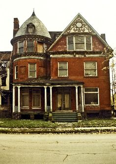 October The house at 82 Alfred Street, Detroit is a remaining piece of architecture that harkens back to city's Golden Age. Abandoned Detroit, Old Abandoned Buildings, Old Buildings, Abandoned Places, Old Mansions, Abandoned Mansions, Beautiful Buildings, Beautiful Homes, Boarding House