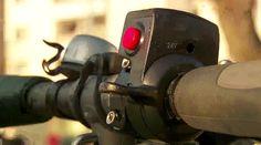 """Im """"Cockpit"""" des uCARVERS. Mit dem roten Knopf wird der Elektromotor des Scooters aus/eingeschalten und eines der drei Fahrprogramme gewählt."""