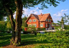 Деревенский коттедж оранжевого цвета со ставнями