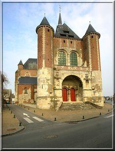 Montcornet - Aisne - Cette église est certainement la plus puissante et la plus fortifiée de la Thiérache. Chaque tour, chaque mur comporte une fente de tir ou une archère.