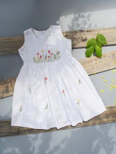 Frocks For Girls, Kids Frocks, Kids Outfits Girls, Little Girl Dresses, Girl Outfits, Cute Baby Dresses, Vintage Baby Dresses, Girls Frock Design, Baby Dress Design