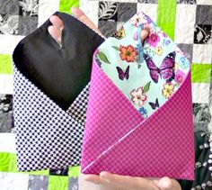 Watch LauraCoiafrom Sew Very Easy as she sews thesequick and easy bags that hang on your door to keep miscellaneous yet necessary belongings such as yourkeys or wallet.