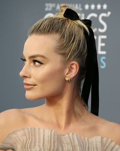 In a world where everyone is being judged ALL THE TIME, Margot Robbie rocked an imperfect hairstyle on purpose at the Critics' Choice Awards. Here's why it matters. Trending Hairstyles, Celebrity Hairstyles, Up Hairstyles, Hairstyle Ideas, Gorgeous Hairstyles, Atriz Margot Robbie, Actress Margot Robbie, Wedding Hair Up, Bridal Hair