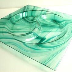 SMARAGDOVÉ VLNĚNÍ MIMOŘÁDNÁ LETNÍ CENA Skleněná mísa vytvořená fusingem (technika lehání skla). Zajímevé odstíny zelené smaragdové barvy se mísí, vlní a tvoří na míse neopakovatelný efekt. Jednoduché, uklidňující a moderní. Velikost: 30*30 cm Technika: fusing Materiál: Spectrum Design by Q. Další typy fusingových mís najdete ZDE
