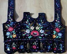 Bodice of the regional costume of Kraków West (Kraków Zachodni), Poland [source]. Polish Embroidery, Folk Embroidery, Hand Embroidery Designs, Flower Embroidery, Polish Clothing, Folk Clothing, Polish Folk Art, Arte Popular, Folk Costume