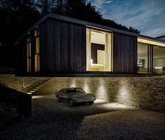 Located in the English countryside, the Quest House is a spectacular minimalist residence designed by Strom Architects. Built in a picturesque wooded site near the coastal town of Swanage in Dorset, the single-storey residence cantilevers over t Luz Natural, Modern Glass House, Seattle, Contemporary Style Homes, Concrete Structure, Tiny House Movement, Living Styles, English Countryside, Mid Century House
