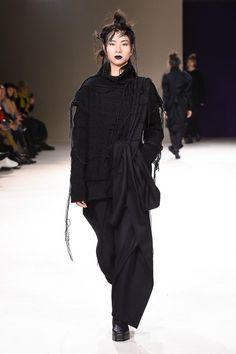 Yohji Yamamoto | Ready-to-Wear - Autumn 2019 | Look 18 Tokyo Fashion, Runway Fashion, Fashion Outfits, Fashion Clothes, Anti Fashion, Fashion Fashion, Fashion Site, Jeans Fashion, French Fashion