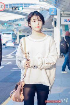 Lee Ji Eun * IU * : 이지은 * 아이유 * : Cassandra Power Miracle Airport to Hong Kong Ulzzang Fashion, Kpop Fashion, Asian Fashion, Airport Fashion, Korean Girl, Asian Girl, Korean Style, Korean Celebrities, Celebs