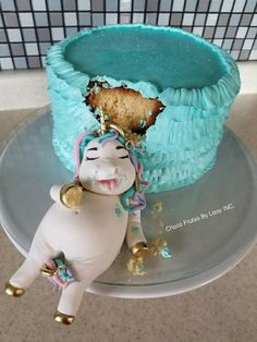 Be honest: At least once in your life — and probably more than that — you've felt exactly like this unicorn. tort This Fat Unicorn Cake Is All Of Us After Our Fourth Slice Crazy Cakes, Fancy Cakes, Cute Cakes, Mini Cakes, Cupcake Cakes, Beautiful Cakes, Amazing Cakes, Fat Unicorn, Salty Cake
