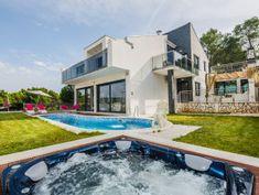 Ferienhaus Helios Villas, Outdoor Pool, Outdoor Decor, Location Villa, Belle Villa, Castle, Island, Mansions, House Styles