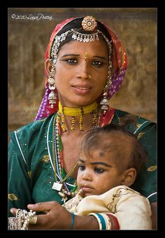 India   Woman with a child in Jaisalmer, Rajasthan.   ©Luisa Puccini
