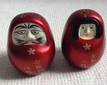 En céramique Kokeshi poupée Daruma Figure Salt & Pepper.  Fabriqué au Japon.  Vintage moderniste. Mod, au milieu du siècle.
