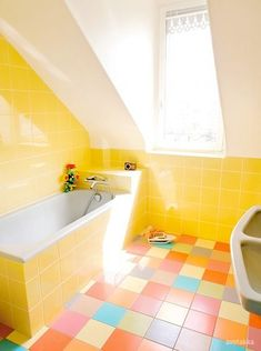 Yellow Walls and Colorful Floors in Small Bathroom Decoration Yellow Bathroom Decor, Yellow Bathrooms, Bathroom Colors, Colorful Bathroom, Bright Bathrooms, Design Bathroom, Pastel Bathroom, Bathroom Trends, Vintage Bathrooms