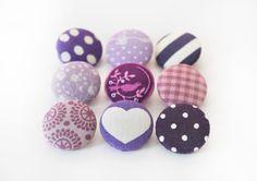 Ein schönes Knopfsortiment bestehend aus 9 lila Stoffknöpfen, die von Dir individuell zusammengestellt werden können! Gib die Nummern und die Anza... Clay Crafts, Cufflinks, Stud Earrings, Buttons, Etsy, Creative, Accessories, Jewelry, Lilac