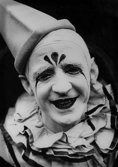 Zuss collar, hat and makeup.  clown vintage
