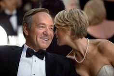 Don't miss House of Cards with Kevin Spacey, Robin Wright and Kate Mara - it's on Netflix from Friday David Fincher, Kevin Spacey, Kate Mara, Orange Is The New Black, Frases De Frank Underwood, Robin Wright Haircut, Top Des Series, House Of Cards Netflix, Claire Underwood Style