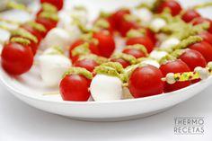 Mini brochetas de cherrys y mozzarella al pesto genovés - http://www.thermorecetas.com/2014/08/14/mini-brochetas-de-cherrys-y-mozzarella-al-pesto-genoves/