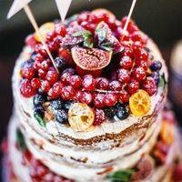 Голый торт с ягодами - для яркой свадьбы.