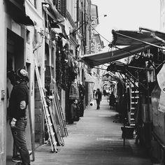 Early morning #mercatocentrale #mercato #florence#pictureoftheday #blackandwhite #streetphotography #street_photo_club #travelgram #travelpics #travelblogger