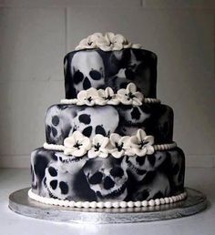 Goth wedding cakes | Gothic wedding-dresses,cakes,tables,invites..beautiful! (look the cake, but NOT for a wedding)