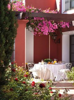 Al fresco perfection. Outdoor Rooms, Outdoor Dining, Outdoor Gardens, Porches, Beautiful Dream, Beautiful Gardens, Marie Antoinette, Al Fresco Dining, Sweet Home