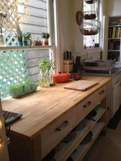 like the idea of the open pull out drawers for pots and pans in the kitchen island and the hanging baskets Rental Kitchen, Kitchen Redo, Kitchen Dining, Kitchen Island, Kitchen Ideas, Kitchen Stuff, Kitchen Remodel, Ikea Varde, Diy Cutting Board