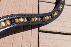 """Stirnriemen aus geschwungenem Leder in schwarz. Es wurden Strasssteine mit """"flat back"""" verwendet und ohne Kesselkette in den Riemen eingearbeitet."""