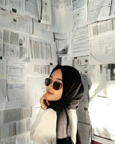 Selfie Poses, Hijab Chic, Cute Asian Girls, Huf, Mood Quotes, Round Sunglasses, Girly, Womens Fashion, Friends
