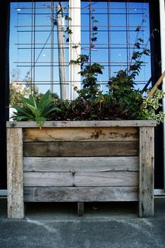 Pallet wood planter box.  More pallet patio, gardening, DIY furniture ideas and inspiration at http://pinterest.com/wineinajug/passion-for-pallets/