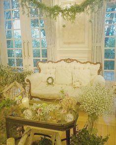ウエディングレポートNo.5 高砂席のメイン装花 ・ ・ 私が想像していた以上に、とってもとっても素敵に飾っていただいてました!! フローリストさんとは何度もお打ち合わせさせていただいてました☆ フローリストさんもナチュラルな感じがお好きなようで、好きな雰囲気も同じなので、お花の種類など安心してお任せしてました☆  打合せの中で装花が一番楽しかったし、一番力を入れてたかもしれません☆ ・ 伝え忘れてたけど、私の好きな多肉ちゃんを入れてくれてたり、ドライフラワーも取り入れてくれてたり、座ったときには本当に森の中にいるような気分に浸れました✨ ・ ゲストの皆は高砂席でソファーが珍しかったようで、わたしたちがいない間もソファに座ってたくさん写真を撮って楽しんでくれたようです✨ 友達にもたくさん装花のことで質問されました!! ・ フローリストさんにはほんとにほんとに感謝です✨ ・ #結婚式準備#プレ花嫁#プレ花嫁卒業#卒花#高砂席#メイン装花#装花#ナチュラルウエディング#ガーデン挙式