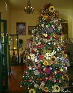 The Little Round Table: Christmas Tree 2010 Part 2 - The Decorated Tree