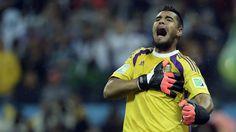 SOY YO. El arquero de la selección argentina Sergio Romero festeja luego del triunfo frente a Holanda. (AFP/Juan Mabromata)