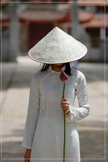 Vietnamese ao dai (tunic-dress) with nón lá (conical hat). Wow... <3