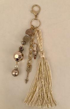 Beaded Purses, Beaded Jewelry, Handmade Jewelry, Tassel Keychain, Jewelry Crafts, Jewelry Accessories, Diy Purse Charms, Jewelry Making, Key Chains